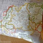 Detail taupe wereldkaart kussenhoes.