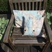 Blauwe kussenhoezen wereldkaart met knopen
