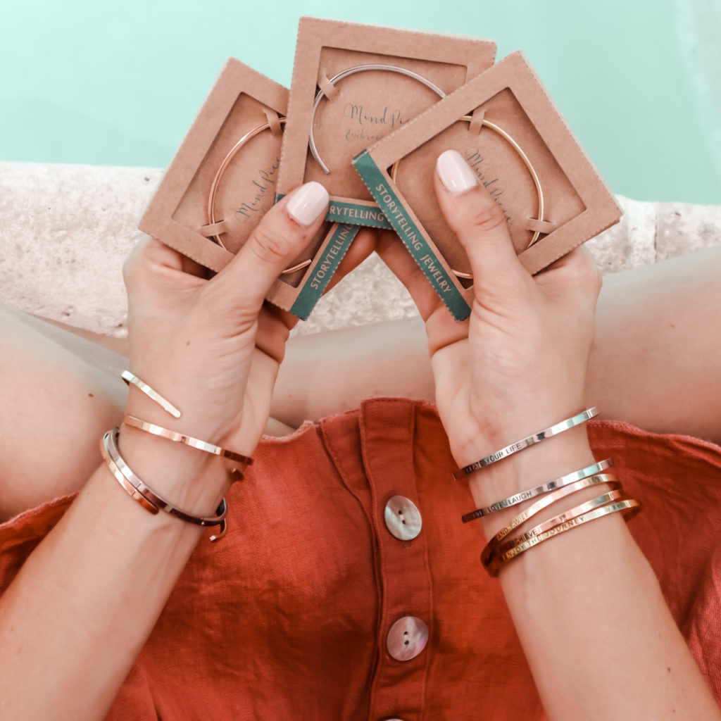 bracelet_with_travel_quote_